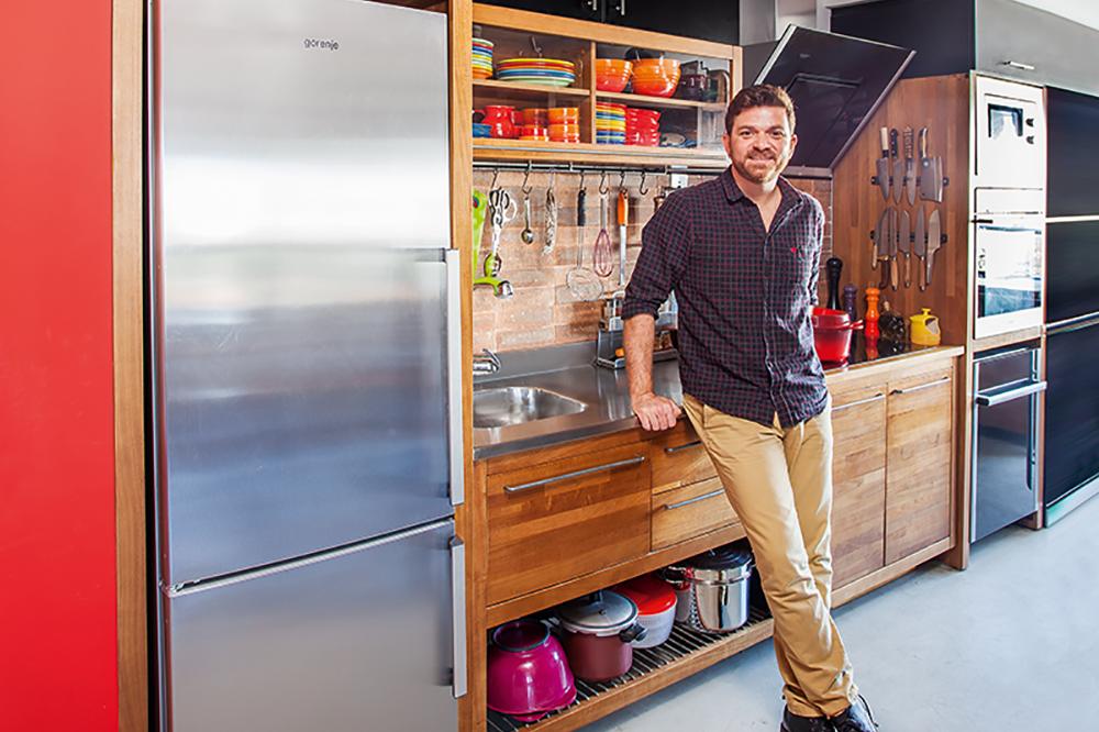 Em casa: conheça a cozinha de Chef Guga Rocha com utensílios à vista