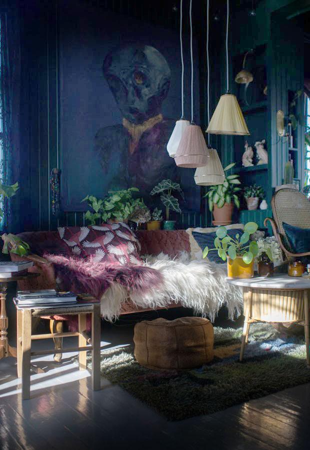 Mundo Design: Artista transforma casa vitoriana usando paredes escuras e móveis vintage na Noruega