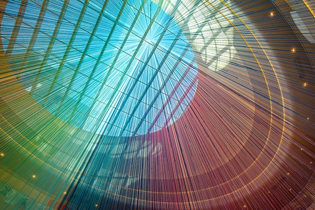 Mundo Design: Shopping americano ganha instalação com 13 mil fios coloridos